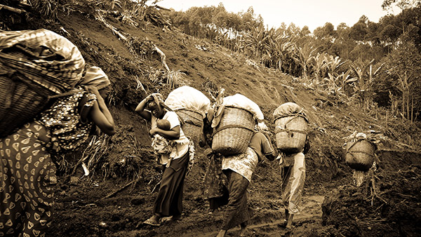 Villlagers leaving their homes fearing attack, Masisi, North Kivu, DRC. Photograph David Pratt for Concern