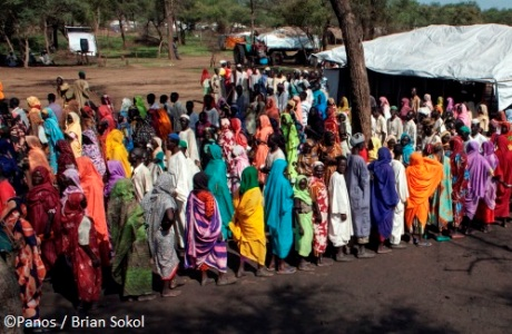 Sudanese refugees queue for blankets and mosquito nets at a distribution point in Upper Nile State, South Sudan. Photo: Panos / Brian Sokol