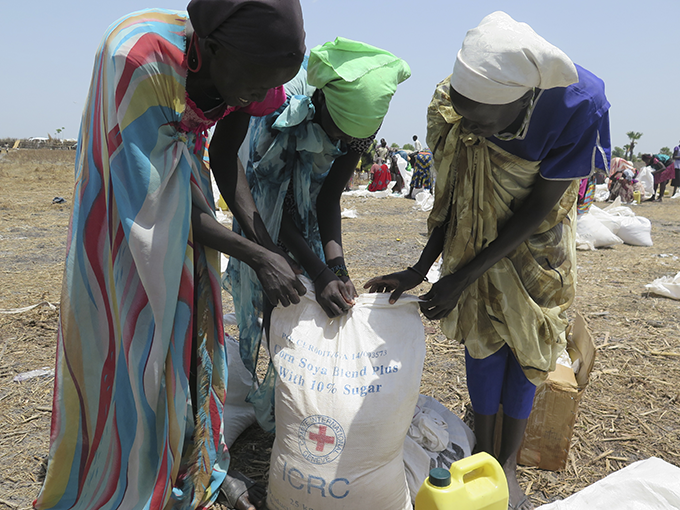 Women collecting food rations during an ICRC distribution in South Sudan Credit: Albert Madrazo/ICRC